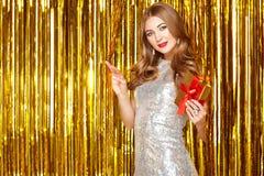 Mujer hermosa que celebra Año Nuevo Imagen de archivo libre de regalías