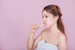 Mujer hermosa que cepilla sus dientes Foto de archivo