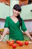 Mujer hermosa que cocina el alimento sano Fotos de archivo libres de regalías
