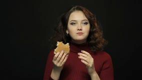 Mujer hermosa que come el bocadillo, tiroteo del primer almacen de metraje de vídeo