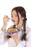 Mujer hermosa que come el pedazo de torta Fotografía de archivo libre de regalías