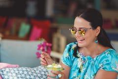 Mujer hermosa que come el postre griego Fotografía de archivo