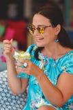 Mujer hermosa que come el postre griego con el yogur y la miel Imágenes de archivo libres de regalías