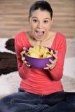 Mujer hermosa que come la comida basura Imagen de archivo libre de regalías