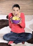 Mujer hermosa que come la comida basura Imágenes de archivo libres de regalías