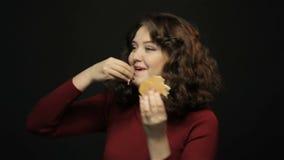 Mujer hermosa que come la hamburguesa, tiroteo del primer metrajes