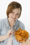 Mujer hermosa que come los Nachos Fotos de archivo