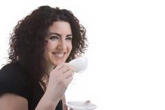 Mujer hermosa que come un café express Fotografía de archivo