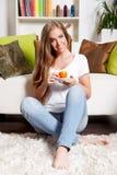Mujer hermosa que come una taza de café Fotos de archivo libres de regalías