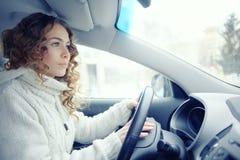 Mujer hermosa que conduce el coche Fotos de archivo