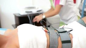 Mujer hermosa que consigue la terapia de Electrostimulation almacen de metraje de vídeo
