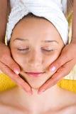 Mujer hermosa que consigue masaje facial Fotos de archivo libres de regalías