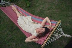Mujer hermosa que descansa en una hamaca foto de archivo
