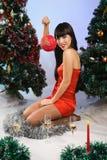 Mujer hermosa que desgasta la ropa de Papá Noel Foto de archivo