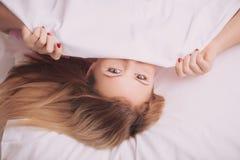 Mujer hermosa que despierta en la cama Imagen de archivo libre de regalías