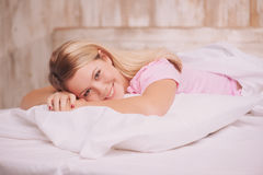Mujer hermosa que despierta en la cama Foto de archivo libre de regalías