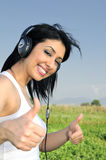Mujer hermosa que disfruta de música Imagenes de archivo