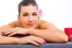 Mujer hermosa que disfruta de un masaje de piedra caliente fotos de archivo libres de regalías