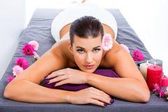 Mujer hermosa que disfruta de un masaje de piedra caliente foto de archivo