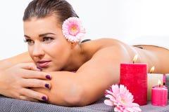 Mujer hermosa que disfruta de un masaje de piedra caliente fotografía de archivo libre de regalías