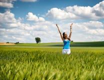 Mujer hermosa que disfruta su libertad en naturaleza fotografía de archivo