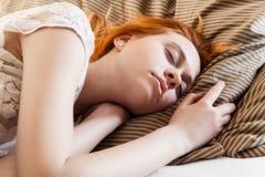 Mujer hermosa que duerme en cama Fotos de archivo