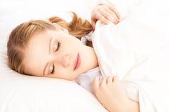Mujer hermosa que duerme en cama Fotos de archivo libres de regalías