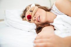 Mujer hermosa que duerme en la cama Imagen de archivo libre de regalías