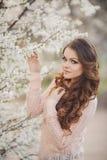 Mujer hermosa que goza al aire libre, hembra agradable. Imagen de archivo