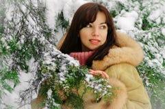 Mujer hermosa que goza de nieve del invierno Fotos de archivo libres de regalías