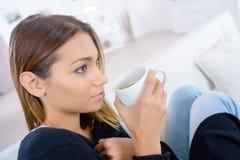 Mujer hermosa que goza del café del olor por mañana fotos de archivo