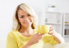 Mujer hermosa que goza del olor del café fotografía de archivo