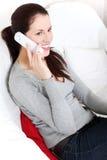 Mujer hermosa que habla en el teléfono. Fotografía de archivo