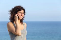 Mujer hermosa que habla en el teléfono móvil Foto de archivo