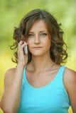 Mujer hermosa que habla en el teléfono móvil Imagenes de archivo