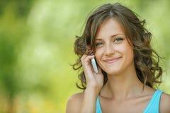 Mujer hermosa que habla en el teléfono móvil Imagen de archivo
