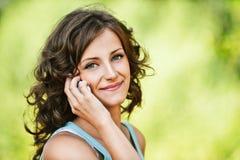 Mujer hermosa que habla en móvil Fotos de archivo libres de regalías