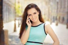 Mujer hermosa que habla en Smartphone fotografía de archivo