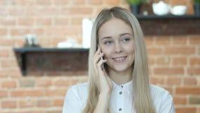 Mujer hermosa que habla en Smartphone, interior, joven,