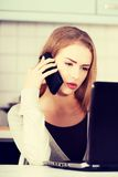Mujer hermosa que habla a través del teléfono Imagen de archivo libre de regalías