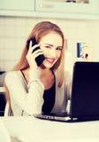 Mujer hermosa que habla a través del teléfono Foto de archivo libre de regalías