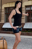 Mujer hermosa que hace autostop imagen de archivo libre de regalías