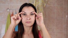 Mujer hermosa que hace ejercicios antienvejecedores Gimnasia para una cara Ejercicios del facial de Facebuilding Yoga de la cara metrajes