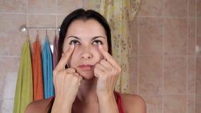 Mujer hermosa que hace ejercicios antienvejecedores Gimnasia para una cara Ejercicios del facial de Facebuilding Yoga de la cara almacen de video