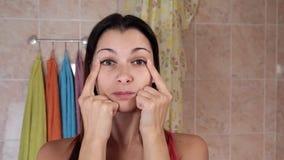 Mujer hermosa que hace ejercicios antienvejecedores Gimnasia para una cara Ejercicios del facial de Facebuilding Yoga de la cara  almacen de metraje de vídeo