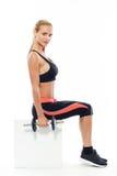 Mujer hermosa que hace ejercicios con los dumbells Fotografía de archivo libre de regalías