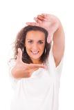 Mujer hermosa que hace el marco con sus manos foto de archivo libre de regalías