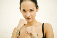 Mujer hermosa que hace el movimiento del boxeo Fotos de archivo libres de regalías