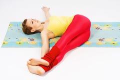 Mujer hermosa que hace estirando ejercicio Fotos de archivo libres de regalías