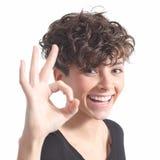 Mujer hermosa que hace gesto aceptable Fotografía de archivo